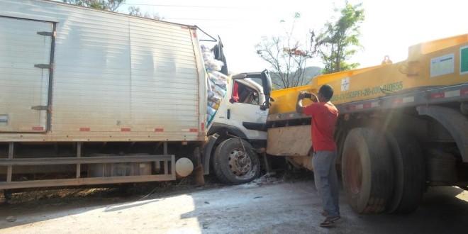 Grave acidente deixa um morto e rodovia interditada durante a manhã desta segunda-feira