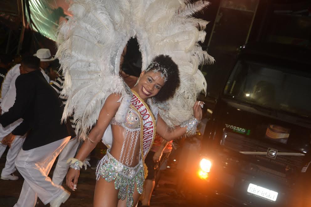 Programação diversificada anima foliões na segunda noite de carnaval de Parauapebas