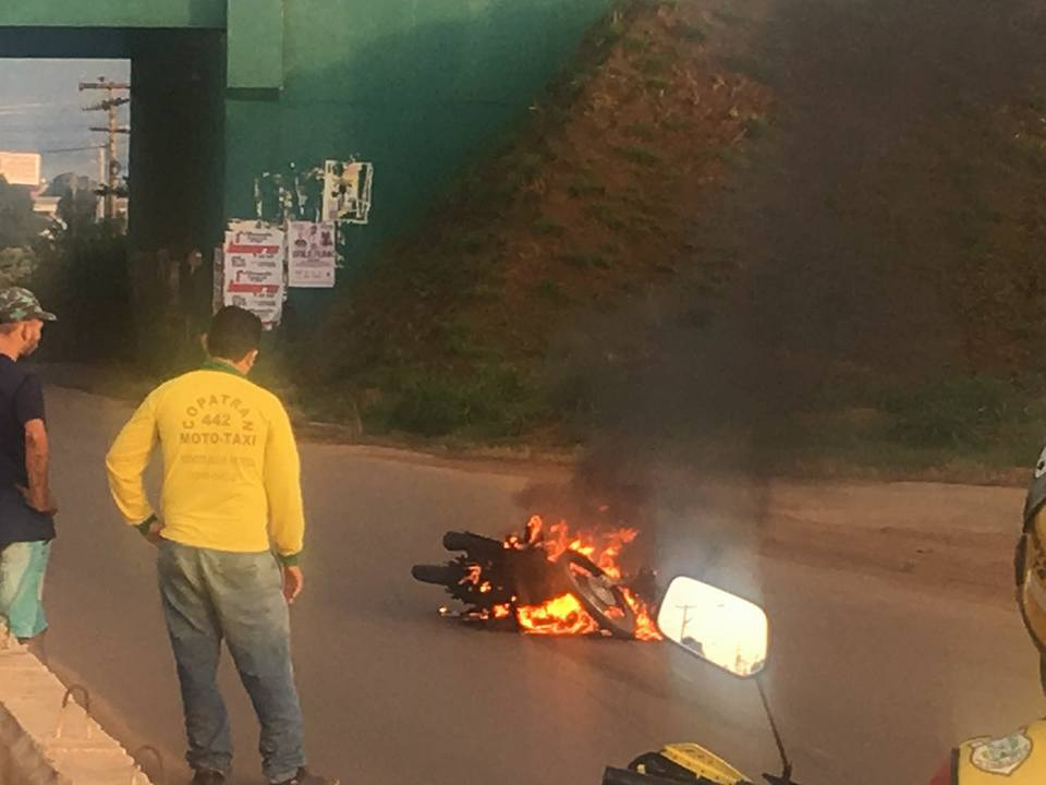 Após queda, moto pega fogo na PA-275