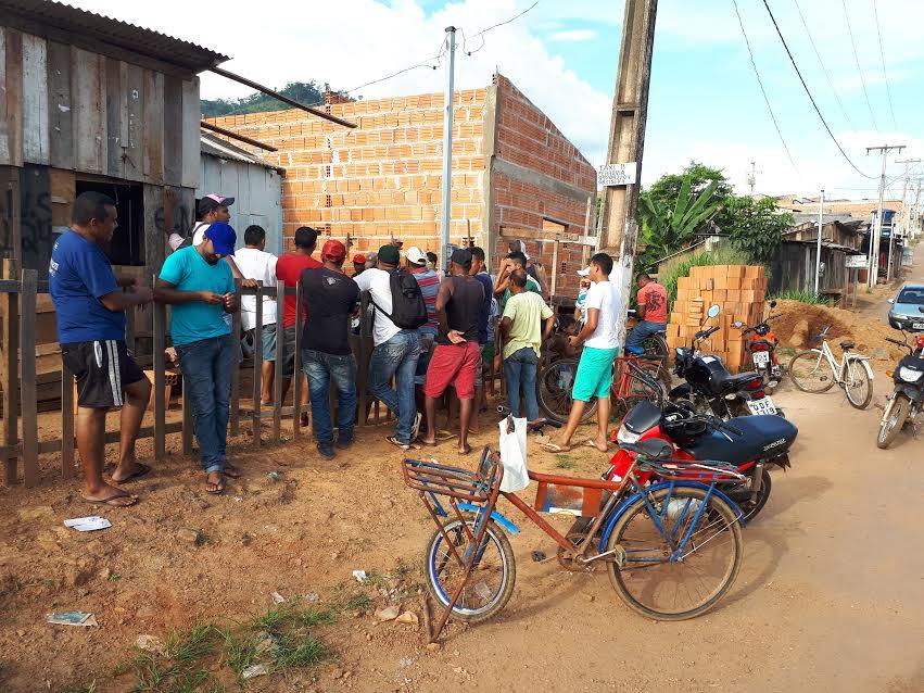 Com curriculum na mão  e almejando trabalhar na construção da escola, moradores do Tropical batem na porta de associações