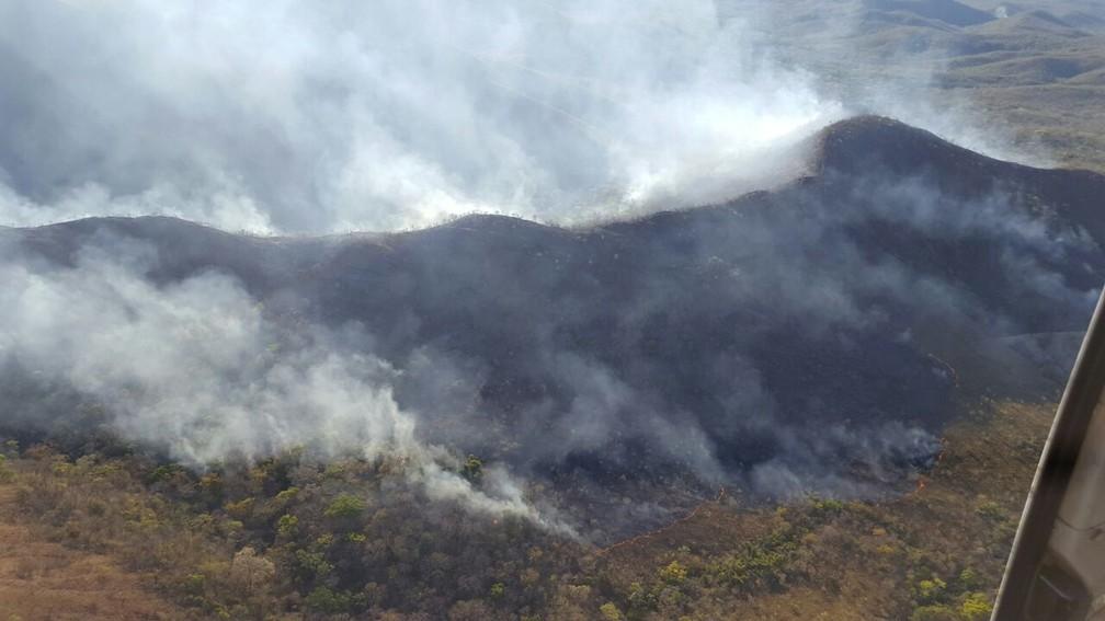 Incêndio persiste há mais de 10 dias no Parque Nacional dos Campos Ferruginosos