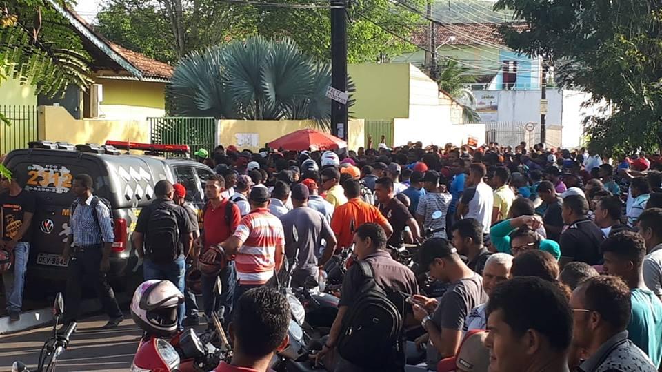 Falta de emprego em Parauapebas movimenta multidão em torno de 156 vagas de trabalho