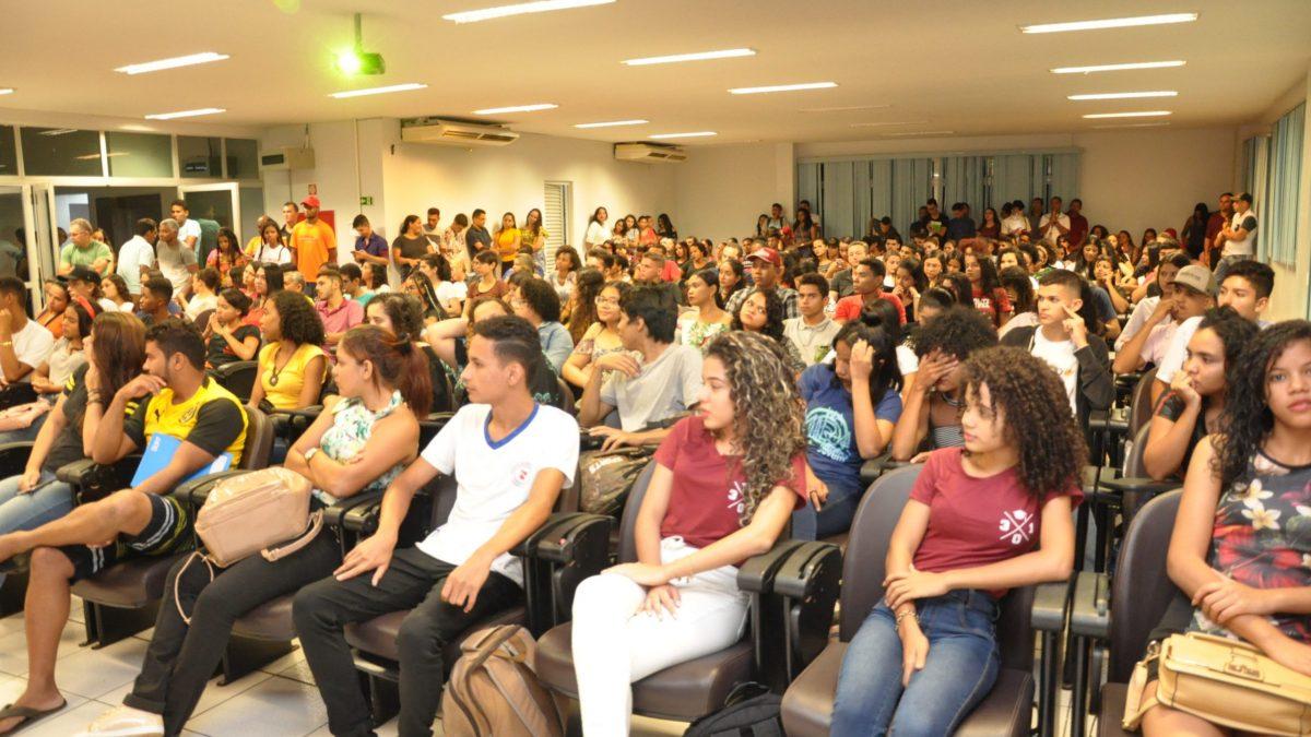 Mais de 400 alunos participam da aula inaugural do Cursinho Popular da Juventude
