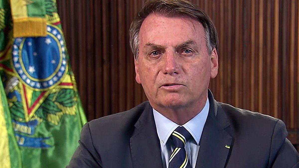 Bolsonaro volta a se referir ao coronavírus como gripezinha e criticar governadores por restrições