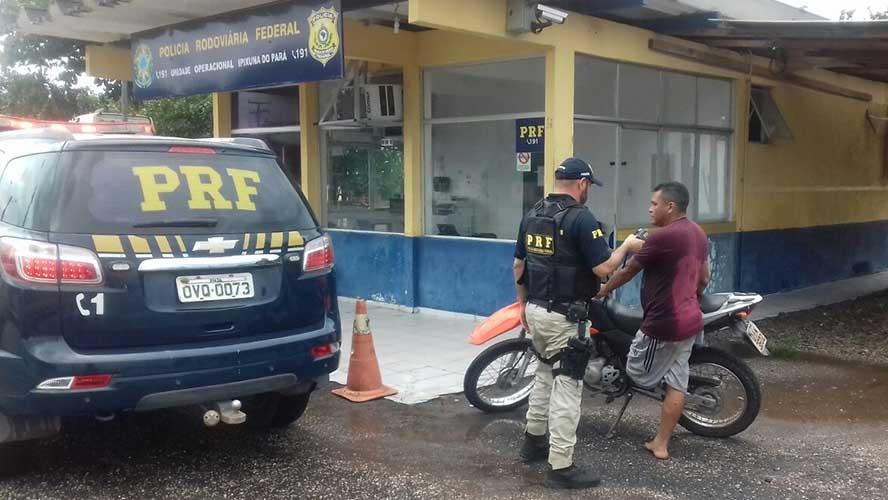 Condutor com perna amputada é preso ao dirigir embriagado, sem capacete e habilitação