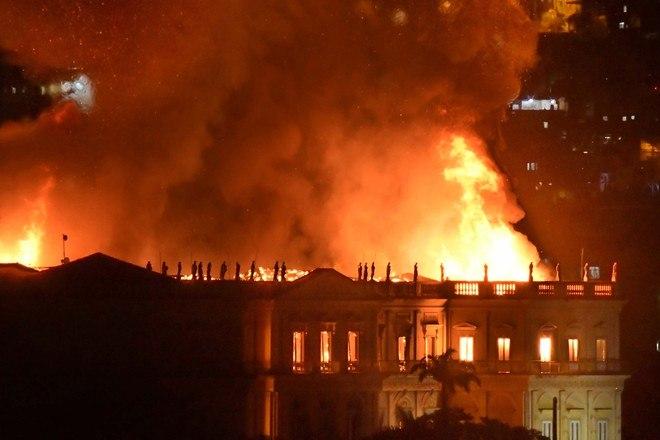 Incêndio atinge o Museu Nacional no Rio