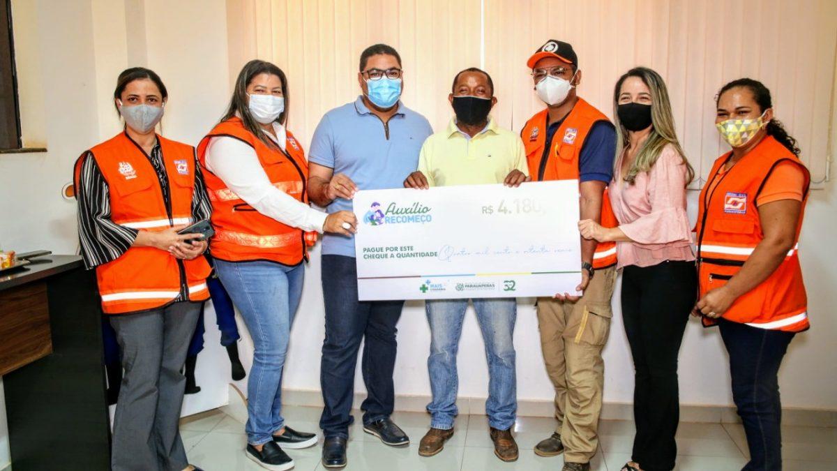 Famílias vítimas de enchentes recebem Auxílio Emergencial da Defesa Civil