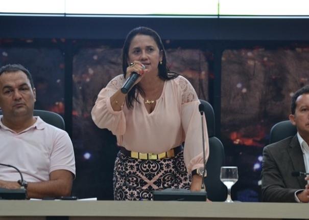 Vice-prefeita Ângela esculhamba vereadores e diz que rompeu com o governo Valmir Mariano