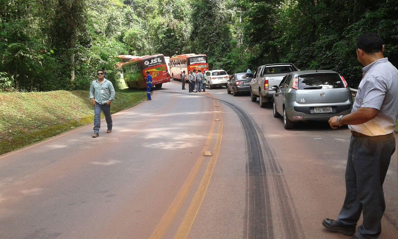 Ônibus que transporta funcionários da mineradora Vale não consegue frear e para no acostamento quase fazendo vitimas