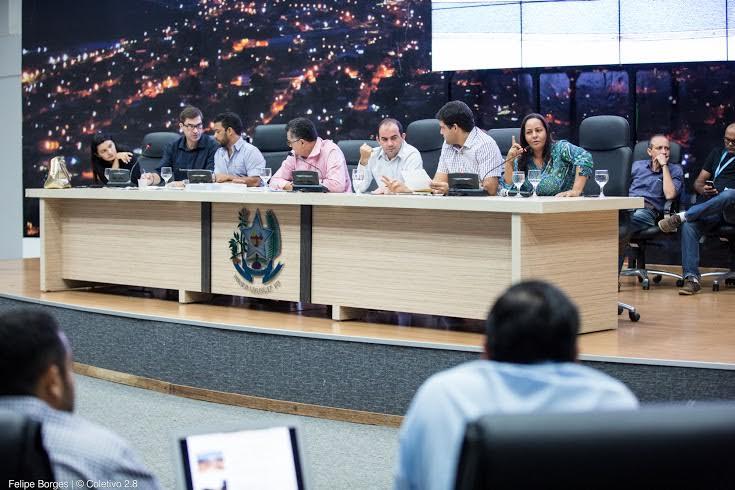 Secretário de governo explica situação de obras a vereadores