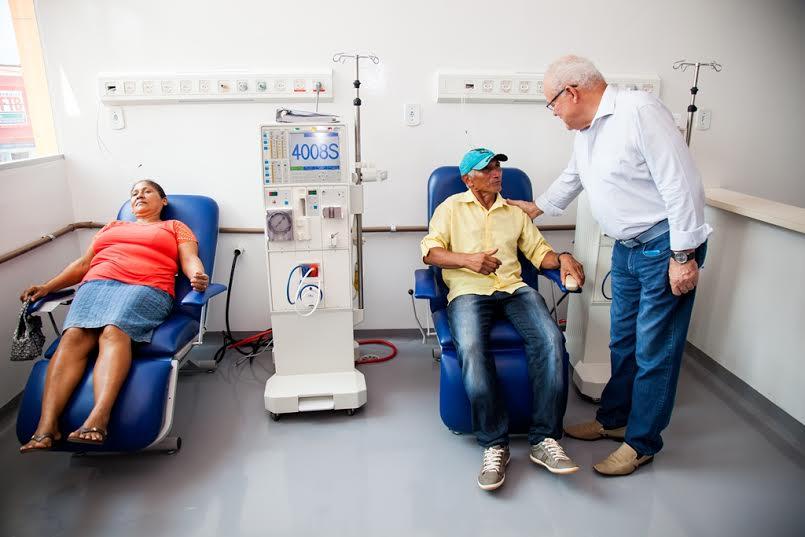 Prefeito Valmir Mariano apresenta espaço de hemodiálise do novo hospital municipal a pacientes