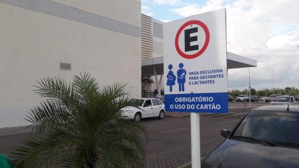 Projetos disciplinam vagas de estacionamentos em shoppings e fixam placa informativa em postos de combustíveis