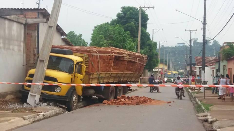 Parauapebas: Caminhão de tijolos colide em poste e homem é eletrocutado