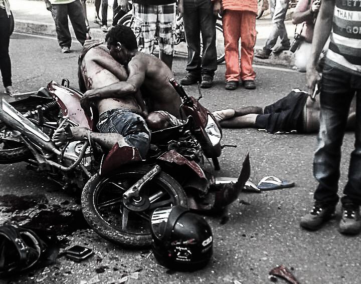 Imprudência: Moto bate em carro na rua F e condutores vão para o hospital em estado grave