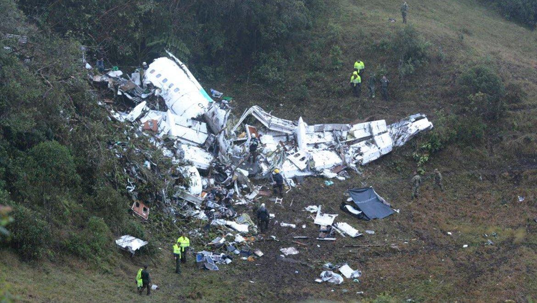 Avião com jogadores da Chapecoense cai e mata 76