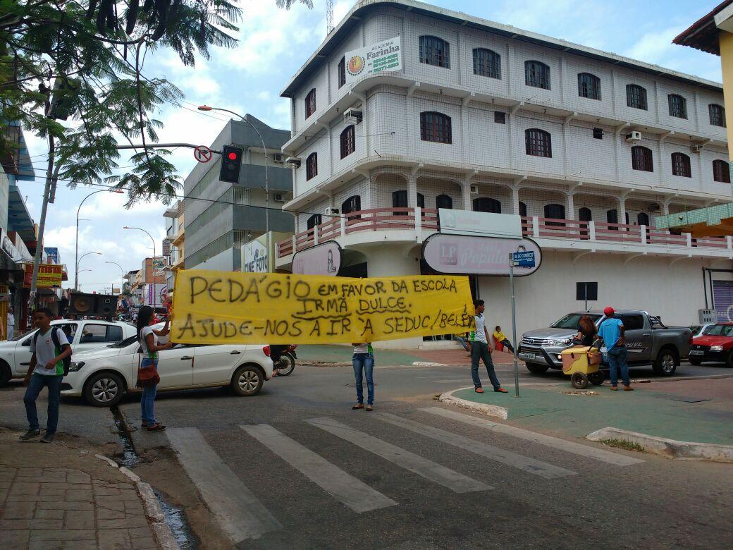 Alunos da Escola Irmã Dulce promovem pedagio para arrecadar fundos e enviar uma comissão até Belém