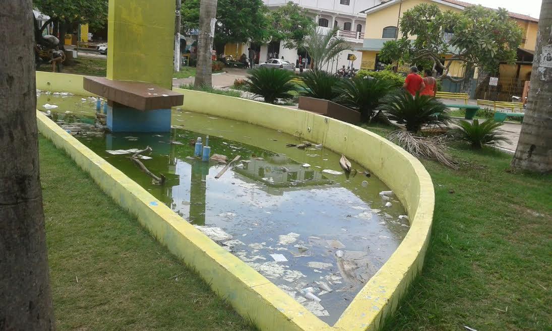 Abandonada, fonte de agua da praça do Cidadão está servindo para procriação do mosquito da dengue