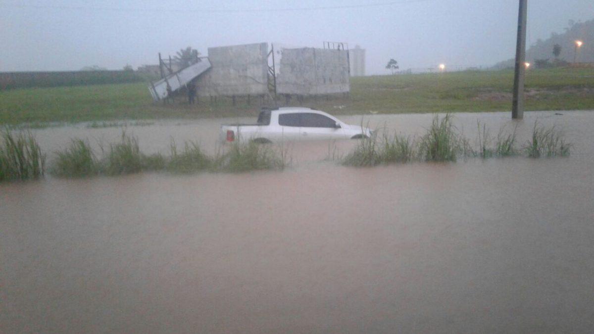Com a forte chuva, várias ruas de Parauapebas estão alagadas