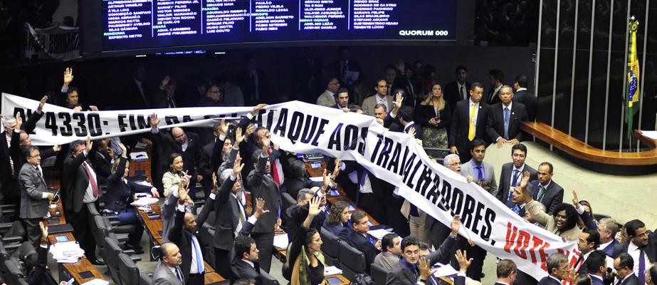 Câmara aprova texto-base de projeto que libera terceirização
