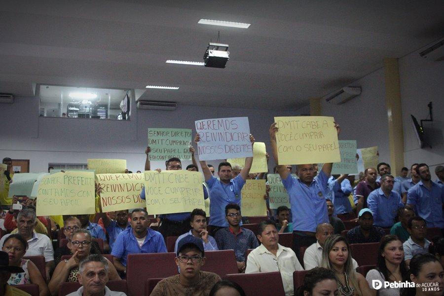 """Central e moto-taxistas protestam na Câmara Municipal contra os """"clandestinos"""" taxi-lotação em Parauapebas"""