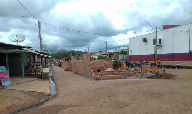 Em Parauapebas, feira é construída no meio da rua com aval da Secretaria de Urbanismo