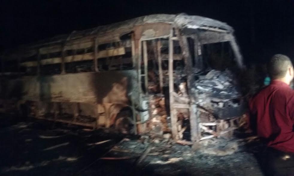 Em Canaã, bandidos assaltam agências bancarias, queimam ônibus e usam reféns para fugir