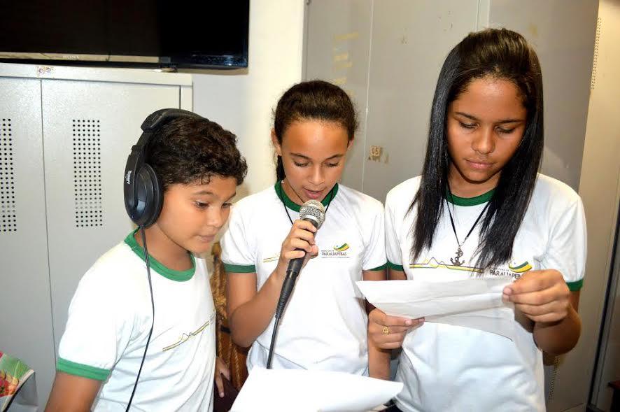 Escola Carlos Henrique implanta rádio e movimenta alunos