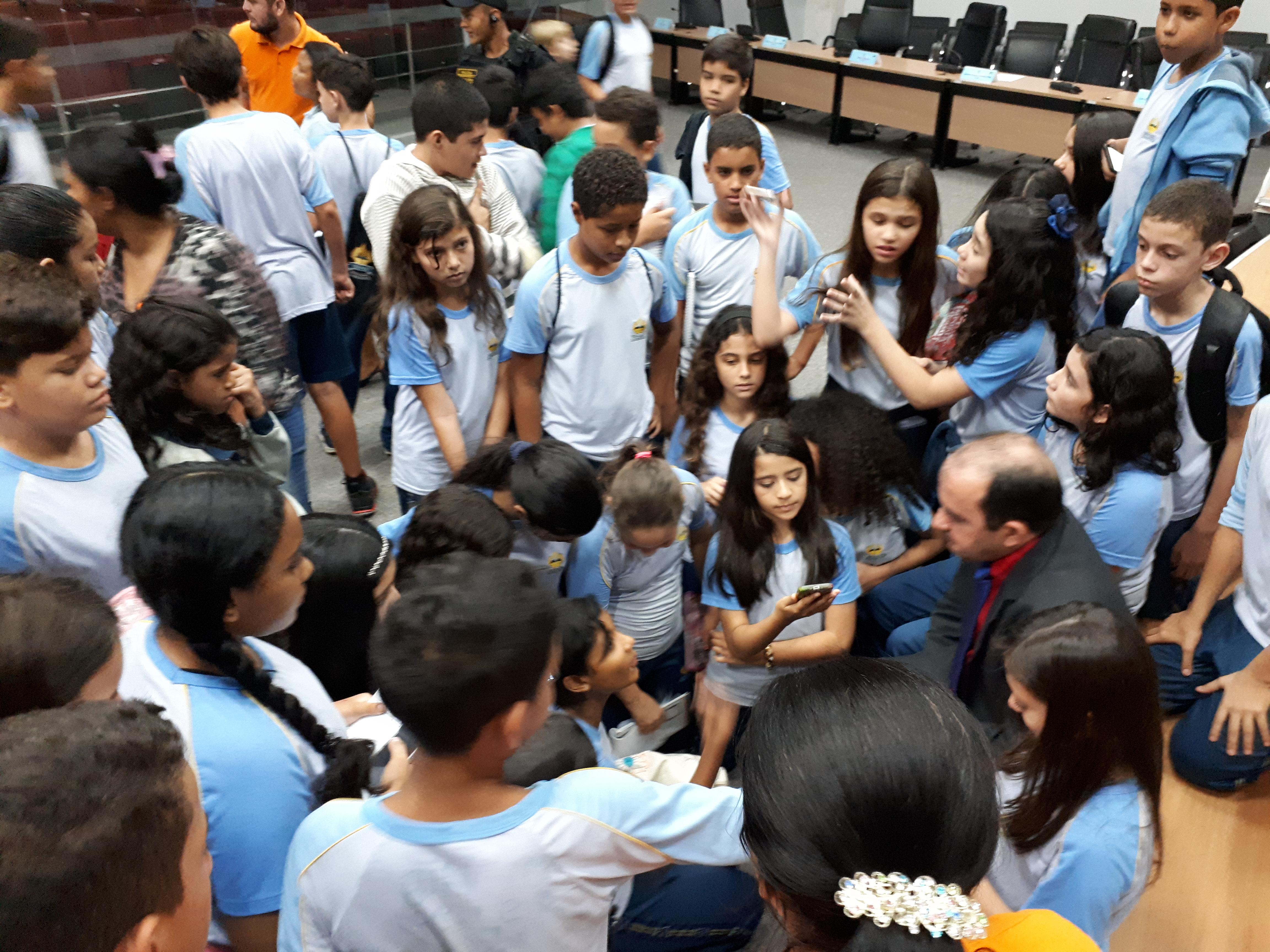 Vereador Braz recepciona alunos da escola Adventista de Parauapebas e esclarece duvidas sobre o trabalho do legislativo