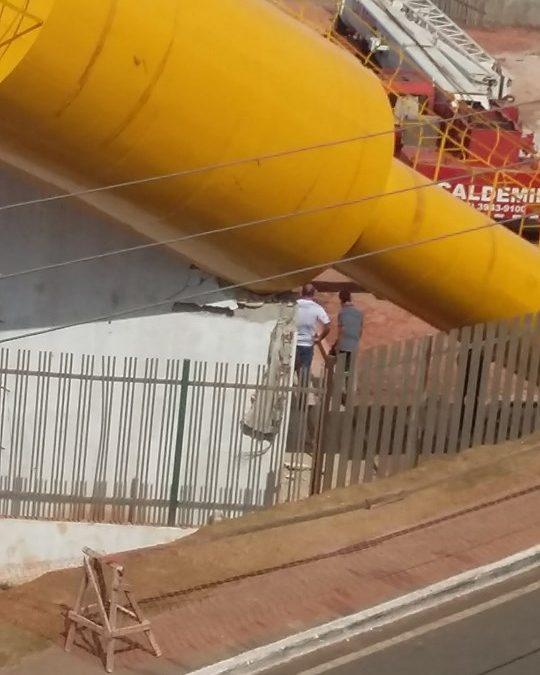 Caixa d'água 'desaba' durante içamento no Residencial Alto Bonito em Parauapebas