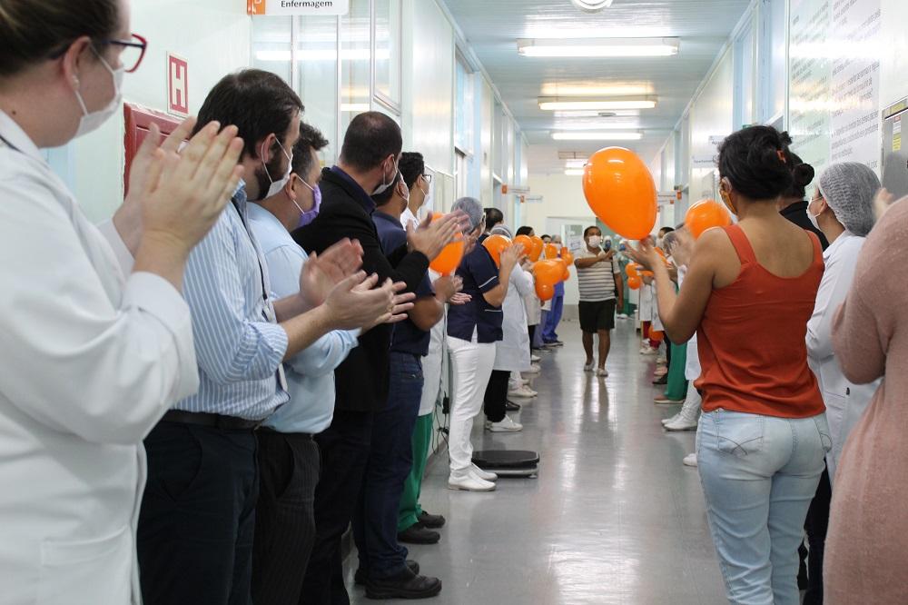 Em Parauapebas, no Pará, paciente recebe alta e homenagens após lutar contra a Covid-19 por sete dias
