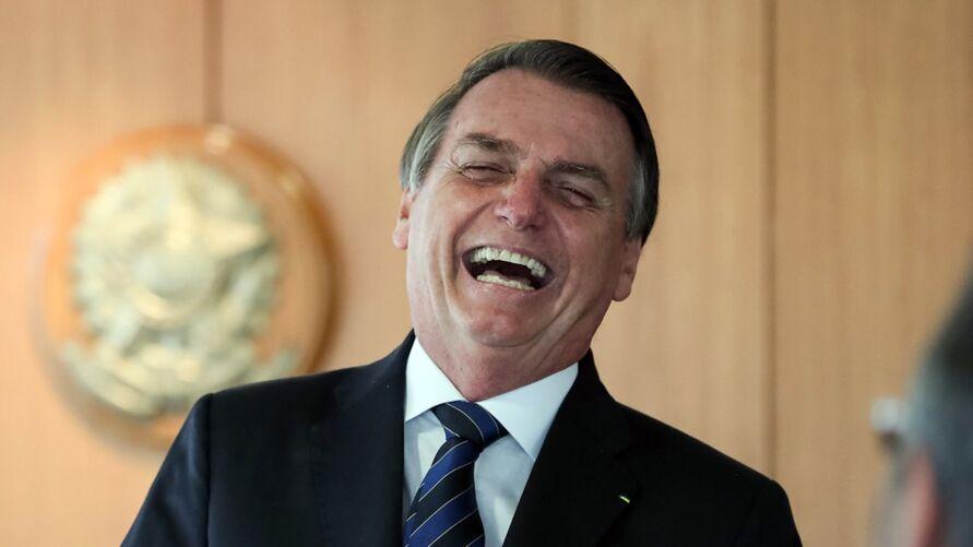 Bolsonaro veta obrigação do uso de máscara e álcool em igrejas e lojas