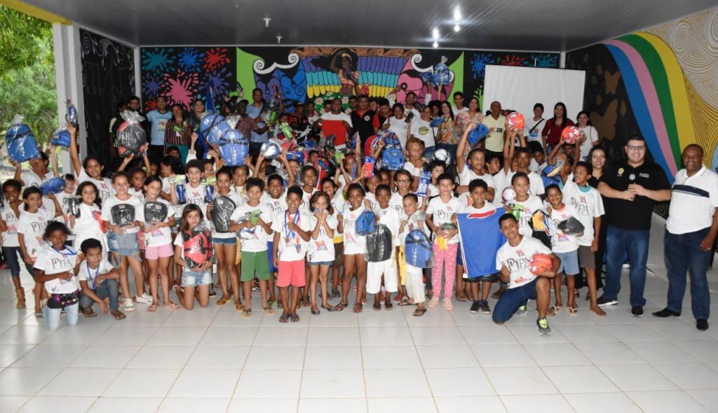 Alunos do Projeto Pipa de Parauapebas recebem materiais esportivos doados pelo governo do estado
