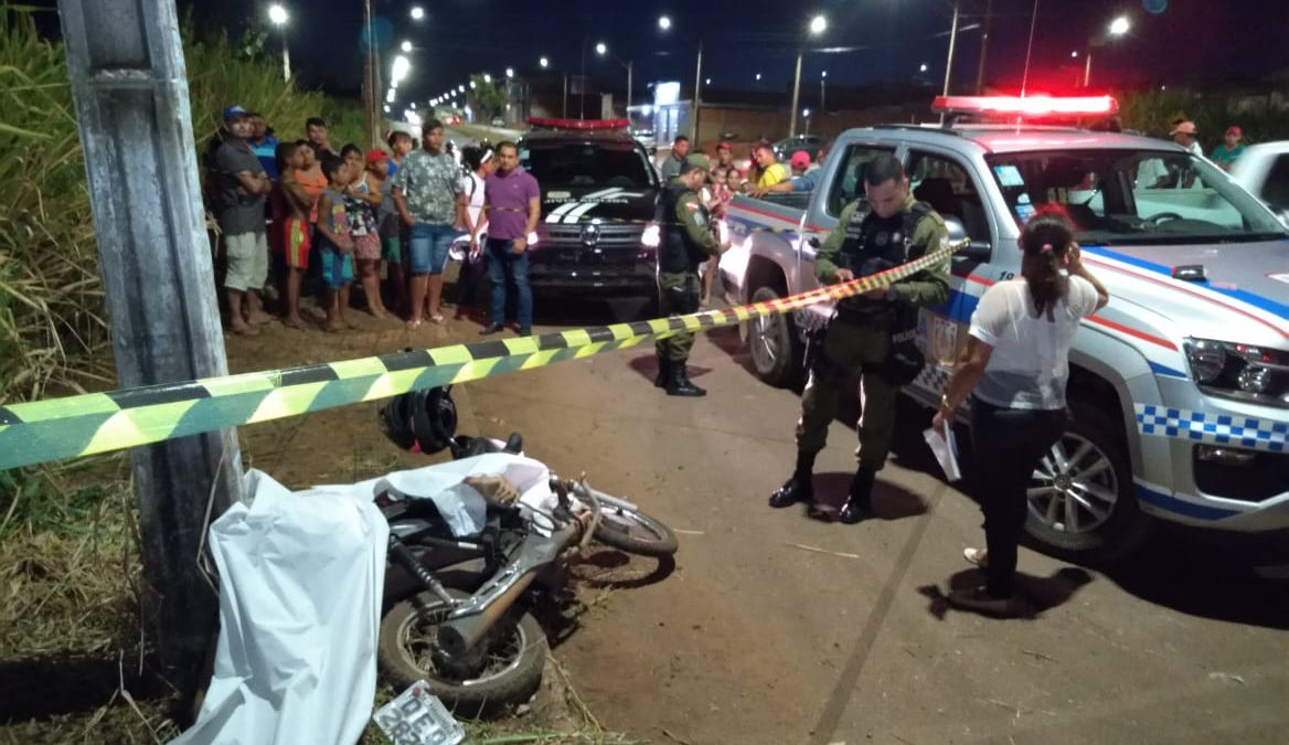 Homem morre ao perder controle de moto e colidir com poste no Cidade Jardim