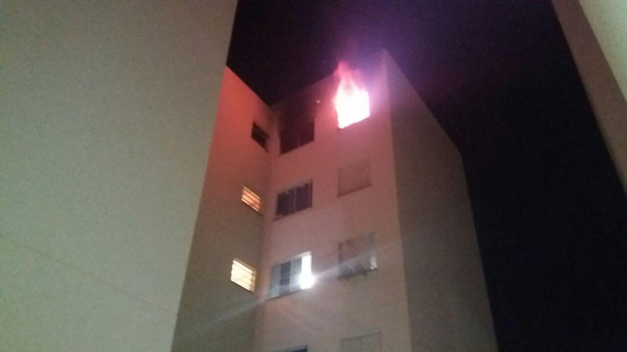 """Ex-marido """"toca"""" fogo em apartamento no Alto Bonito e moradores ficam desesperado ao ver as chamas"""