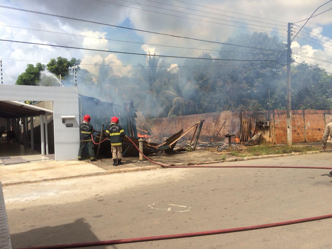 Incêndio destrói casa no bairro Vila Rica em Parauapebas