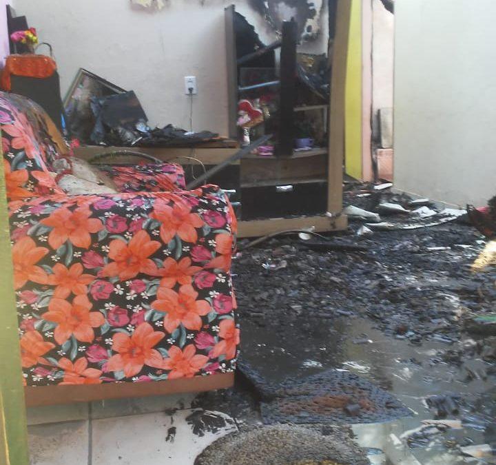 Casa pega fogo no bairro Betânia e família perde tudo e fica sem saber para onde ir