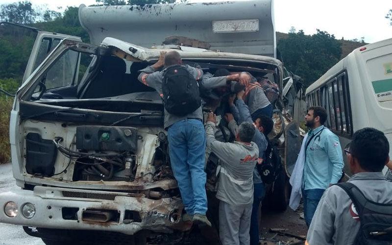 Caçamba colide em ônibus cheio de passageiros em Parauapebas e motorista fica preso nas ferragens