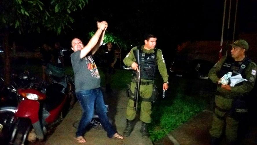 Vestindo saia, advogado é flagrado dirigindo drogado, embriagado e com um adolescente