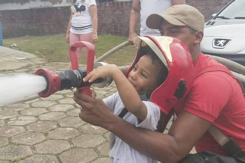 Menino de 4 anos realiza sonho e conhece o trabalho do Corpo de Bombeiros