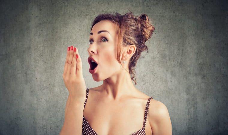 Quer manter o bom hálito mesmo quando está fora de casa? Confira as dicas!